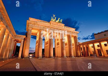 Deutschland, Berlin: Brandenburger Tor bei Nacht Stockbild