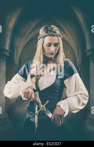 Mittelalterliche Frau mit einem Dolch Stockbild