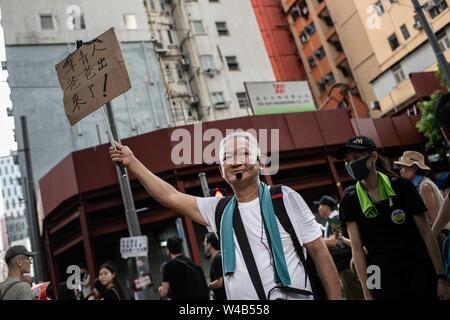 Ein Mann hält ein Schild mit Meldung der Masse in Causeway Bay zu unterstützen. Demonstranten März während der bürgerlichen Menschenrechte vor März. Hongkong Demonstranten für ein weiteres Wochenende der Proteste gegen die umstrittene Auslieferung Bill gesammelt und mit einer wachsenden Liste von Beschwerden, die der Aufrechterhaltung des Drucks auf Chief Executive Carrie Lam. Stockbild