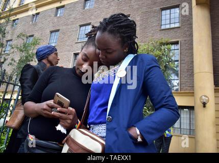 Mitglieder der LGBT außerhalb des Hofes gesehen vor der Anhörung. Lesben, Schwule, Bisexuelle und Transgender (LGBT) Personen in Kenia rechtliche Herausforderungen. Sie ordnete einen Fall vor Gericht plädierte für ihre Rechte anerkannt werden, und der Gerichtshof Kolonialzeit Gesetze, die Gay Sex unter Strafe abzuschaffen. Jedoch in dem Urteil des Gerichtshofs hat das Gericht die Gesetze. Stockbild