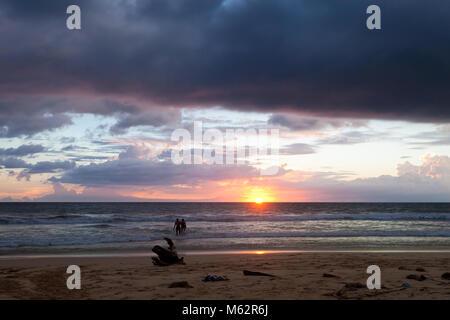 Induruwa Beach, Sri Lanka, Asien - genießen Sie den Sonnenuntergang am Strand von Induruwa Stockbild