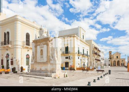 Gallipoli, Apulien, Italien - Mai 2017 - Gebäude an der Fußgängerzone in der Nähe des Hafen von Gallipoli Stockbild