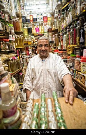 Ladenbesitzer in Medina von Fes Stockbild