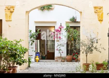 Gallipoli, Apulien, Italien - Mai 2017 - ein Blick in den Hinterhof eines mittleren alter Gebäude Stockbild