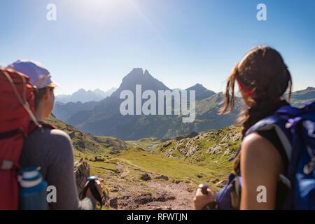 Wanderer genießen Sie den Blick auf den Pic du Midi d'Ossau vom Gipfel des Col d'Ayous auf dem GR 10 trekking Route, Pyrenees Atlantiques, Frankreich, Europa Stockbild