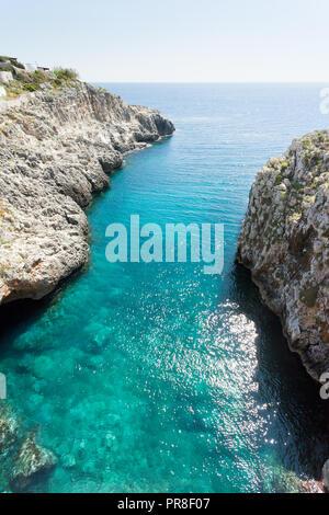 Apulien Leuca, Italien, Grotte von ciolo - Refelcting Sonnenlicht auf der Wasseroberfläche Stockbild