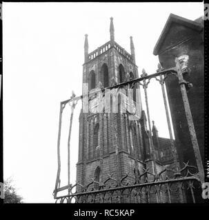 St Mary's Church, St. Mary's Street, Steinbruch Hill, Leeds, 1966-1974. Der Turm der Marienkirche gesehen von Kirchhof durch das schmiedeeiserne Tor. St Mary's war ca. 1980 abgerissen. Stockbild
