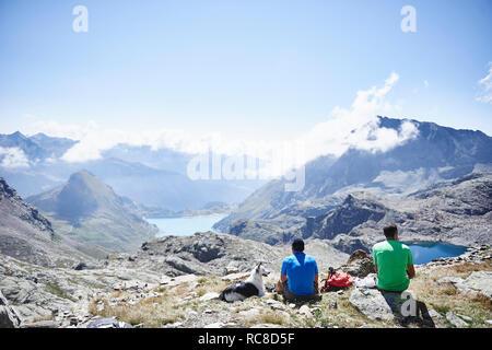 Wanderer stoppen für die Pause, Mont Cervin, Matterhorn, Wallis, Schweiz Stockbild