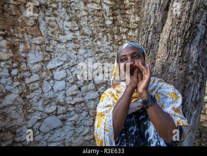 Verschleierte harari Frau, die ululation während einer muslimischen Zeremonie, Harari Region, Harar, Äthiopien Stockbild