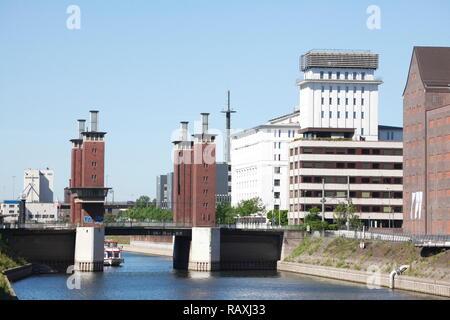 Duisburger Außenhafen und Schwanentorbrücke, Duisburg, Ruhrgebiet, Nordrhein-Westfalen, Deutschland Ich Duisburger Außenhafen und Schwanentorbrücke, Duisb Stockbild
