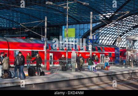 Bahnsteig im Hauptbahnhof Railway Station, Berlin, Deutschland, Europa Stockbild