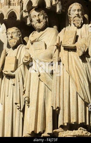 Statuen in der Spreizung und der linken Seitenwand des zentralen Portals, Kathedrale von Amiens, Picardie, Frankreich Stockbild