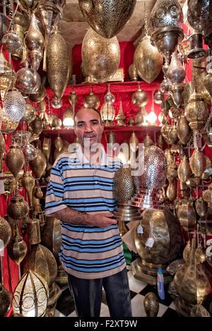 Geschäft mit Messing-Lampen in Medina von Fes Stockbild