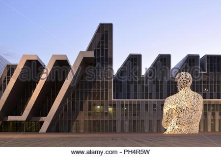 Moderne Auditorium und Kongresszentrum von Aragon und 'Soul von Ebro' Stahl Skulptur in der Dämmerung beleuchtet. Für die Expo 2008 in Zaragoza Spanien entwickelt. Stockbild