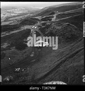 Hollins Mine, Rosedale Schornstein Bank, Rosedale, Ryedale, North Yorkshire, 1967. Ein Blick hinunter auf ein Auto neben Halden an der Hollins Eisenstein Mine geparkt. In Magnetit Eisenerz 1853, eine hochwertige Eisenerz, entdeckt wurde, nur nord-östlich von Hollins Farm, Rosedale. Hollins war die erste von einer Reihe von Minen Rosedale und wurde intensiv von 1859 durch die Rosedale Mining Company gearbeitet. Die Mine ist jetzt eine geplante Denkmal. Stockbild