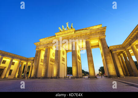 Berlin Night Skyline der Stadt am Brandenburger Tor (Brandenburger Tor), Berlin, Deutschland Stockbild