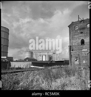 Etruria Gas arbeitet, etruskische Straße, Etrurien, Stoke-on-Trent, Staffordshire, 1965-1968. Ein Blick über die Amp; Trent & Mersey Canal nach Etrurien Gas arbeitet mit der Mühle Räumlichkeiten von George Cookson und Company Limited rechts im Vordergrund. Das Gas im Jahr 1904 eröffnet. In den Jahren nach dem Zweiten Weltkrieg begann gas Kohle in die keramische Industrie zu ersetzen, ein Trend, der sich beschleunigt nach dem Niedergang der Kohle- flasche Brennöfen nach der Einführung des Clean Air Act im Jahr 1956. Stockbild