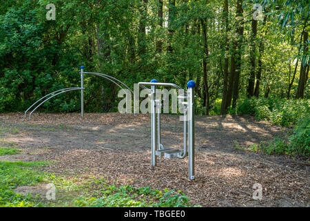 Sport Ausstattung für Außenanlagen ist im Park zur Verfügung und lädt Sie ein zu tun Outdoor Sport. Stockbild