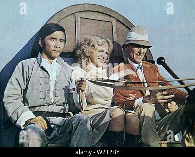 Die LEGENDE VON DEN 7 goldenen Vampire 1974 Columbia-Warner Film mit Von links: David Chiang, Julie, Peter Cushing Stockbild