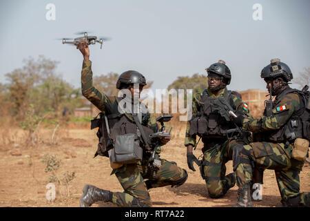 Kamerun Soldaten bereiten eine kleine Drohnen in Combat Training bei Ausübung Flintlock 2019 Februar 27, 2019 in Bobo-Dioulasso, Burkina Faso zu starten. Flintlock ist eine multi-nationale Übung bestehend aus 32 afrikanischen und westlichen Nationen an mehreren Standorten in Burkina Faso und Mauretanien. Stockbild
