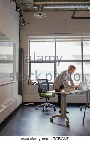 Geschäftsfrau, die Arbeiten am Laptop im Büro Stockbild