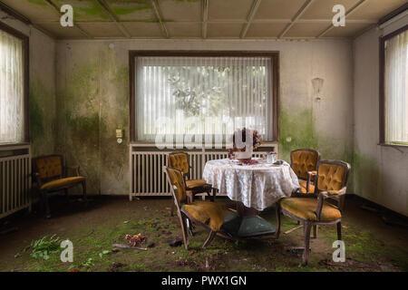 Innenansicht eines Esszimmer in einem verlassenen Hotel in Deutschland. Stockbild