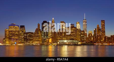 Die Skyline von New York fotografierte in der Nacht. Stockbild
