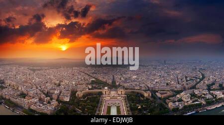Sonnenuntergang über Paris vom Eiffelturm aus gesehen Stockbild