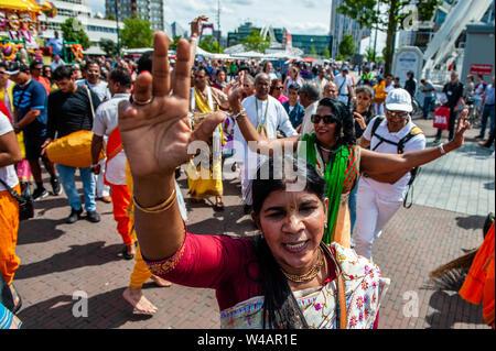 """Eine indische Frau tanzt während der Prozession. Das Festival der Wagen, auch bekannt als Ratha Yatra, ist ein zeitloses Festival, mit Ursprung in der antiken Stadt Jagannatha Puri in Indien. Seit Tausenden von Jahren, haben zu Jagannatha Puri wurde in Indien in das älteste Festival der Welt namens Ratha-yatra"""", den Wagen Festival"""". Jetzt Ratha-yatra wird jedes Jahr in Dutzenden von Städten rund um die Welt abgehalten. Das ratha Yatra Festival hat einen gemeinsamen Blick in den meisten großen Städten der Welt werden seit 1968 durch die ISKCON, Hare Krishna Bewegung. In Rotterdam, die Bhakti Yoga Stockbild"""