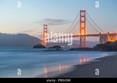 Blick auf die Golden Gate Bridge von Baker Beach bei Dämmerung, South Bay, San Francisco, Kalifornien, Vereinigte Staaten von Amerika, Nordamerika Stockbild