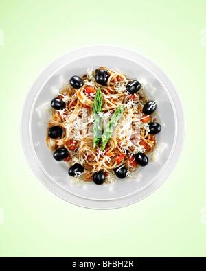 Spaghetti mit schwarzen Oliven und Spargel, Mittagessen Zeit von 01:00 angibt. Stockbild