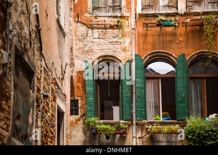 Niedrigen Winkel Ansicht eines Altbaus, Venedig, Veneto, Italien Stockbild