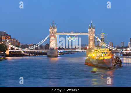Olympische Ringe auf Tower Bridge für London 2012 Stockbild
