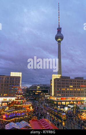 Weihnachten Markt Alexanderplatz, Fernsehturm, Berlin, Deutschland Stockbild