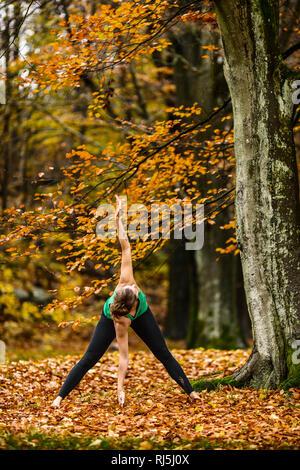 Junge Frau, die Bewegung in der Natur Stockbild