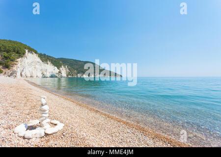 Vignanotica, Apulien, Italien - Traditionelle Felsformationen am Strand von Vignanotica Stockbild