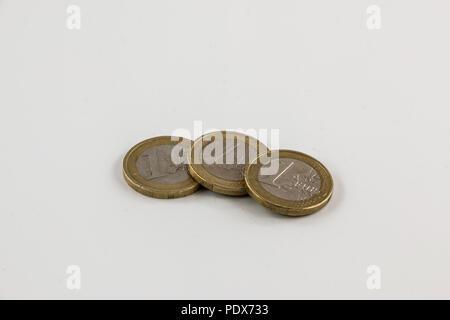 Euro Münzen auf weißem Hintergrund mit Reflexionen Stockbild