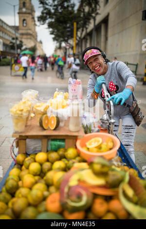 Obst für den Verkauf in der Plaza de Bolivar, Bogota, Kolumbien Stockbild