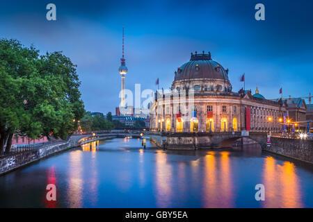 Schöne Aussicht auf historische Berliner Museumsinsel mit dem berühmten Fernsehturm und Spree entlang Stockbild