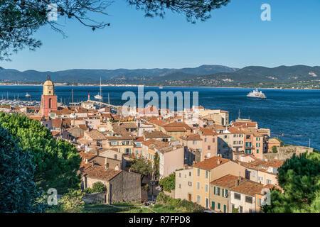 Luftaufnahme der Stadt Saint Tropez und bucht, Clock Tower, Cote d'Azur, Frankreich Stockbild