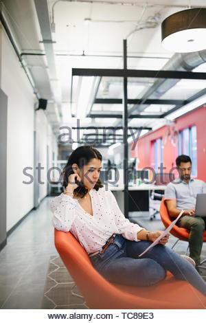 Geschäftsfrau, arbeiten, lesen Schreibarbeit in Coworking Space Stockbild