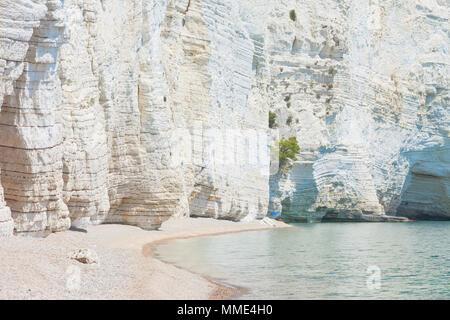 Vignanotica, Apulien, Italien - Riesen Kreidefelsen am Strand von Vignanotica Stockbild