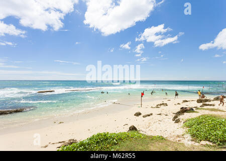 Koggala Beach, Sri Lanka, Asien - Dezember 2015 - Ureinwohner im Koggala Beach ihre Freizeit im Indischen Ozean Stockbild