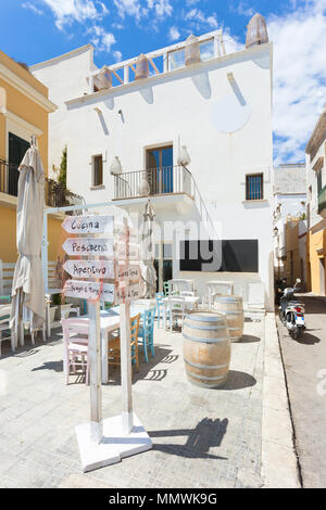 Gallipoli, Apulien, Italien - Winzige liettle Restaurant mit farbenfrohem Interieur Stockbild