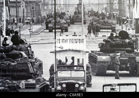 Historisches Bild der Checkpoint Charlie ist Teil eines großen Outdoor-Displays in der Nähe der Sehenswürdigkeit Stockbild