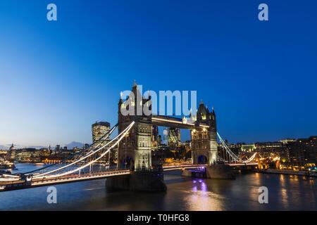 England, London, Nacht, Ansicht von der Tower Bridge und die City von London Skyline Stockbild