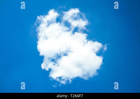 Weiße Wolke im blauen Himmel an einem sonnigen Tag. Stockbild