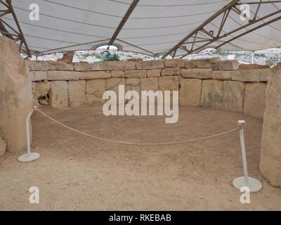 Die alte megalithische Tempel Komplex von ?a?ar Qim in Malta ist ein UNESCO-Weltkulturerbe, kreisförmigen Raum unter plane Abdeckung Stockbild