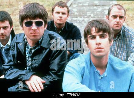 OASIS Werbefoto der BRITISCHEN rock group über 1996 mit Liam und Noel Gallagher links Stockbild