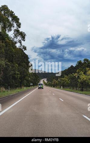 Ein Blick entlang einer Straße außerhalb von Sydney. Stockbild